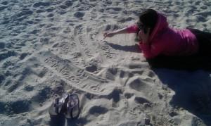 Если Вас просят записать телефон, а  под рукой только палец и песок- воспользуйся этим лежа и гордо